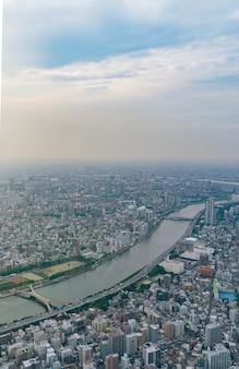 Widok z góry na miasto tokio w japonii.