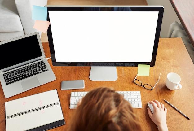 Widok z góry na miejsce pracy przedsiębiorcy z akcesoriami i narzędziami do pracy na odległość