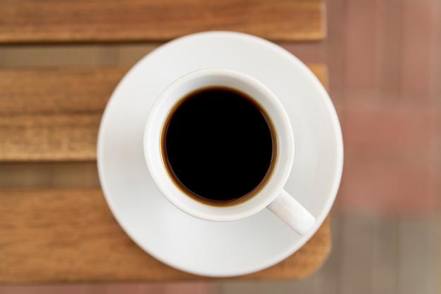 Widok z góry na minimalistyczną filiżankę kawy
