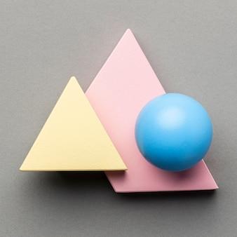 Widok z góry na minimalistyczne figury geometryczne