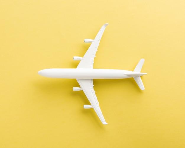 Widok z góry na minimalny model samolotu zabawki, samolot