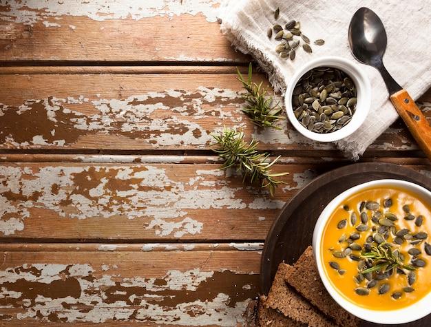 Widok z góry na miskę z jesienną zupą do squasha i miejsce na kopię