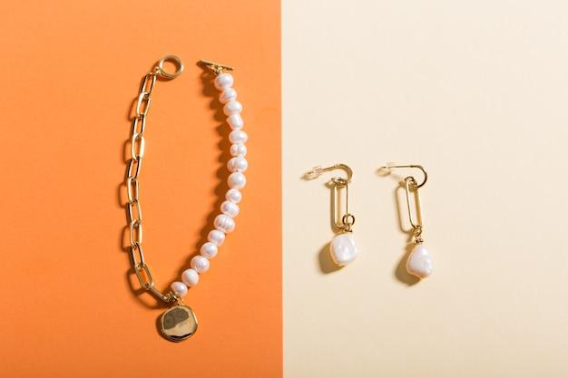 Widok z góry na modną biżuterię i akcesoria w jasnym kolorze
