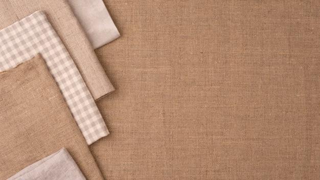 Widok z góry na monochromatyczne kolorowe tkaniny z miejscem na kopię