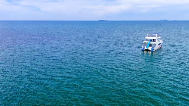 Widok z góry na motorówkę nad pięknym błękitnym morzem