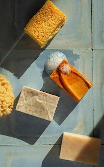 Widok z góry na naturalny skład produktów do samoopieki