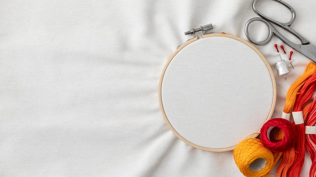 Widok z góry na nici i układ nożyczek
