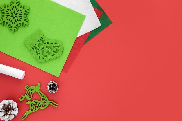 Widok z góry na niezbędne elementy do tworzenia prezentów świątecznych z miejscem na kopię