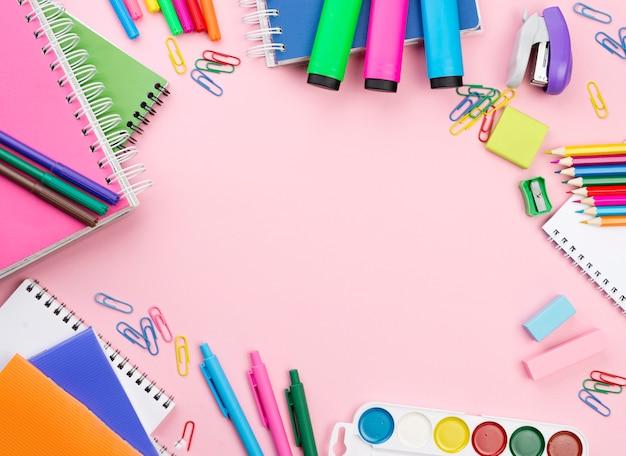 Widok z góry na niezbędne przybory szkolne z notatnikami