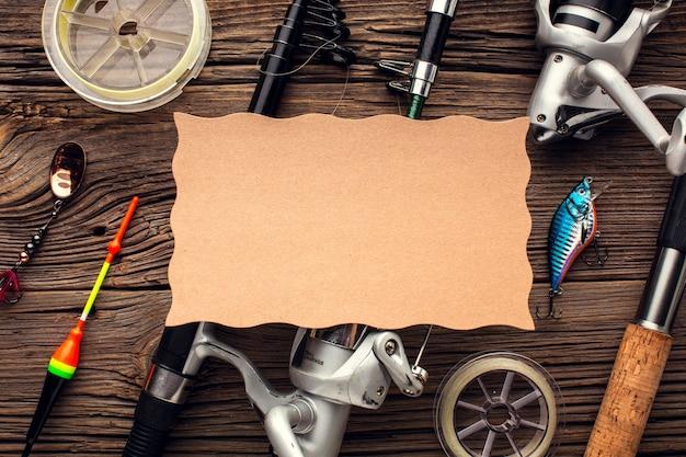 Widok z góry na niezbędny sprzęt wędkarski z kawałkiem papieru