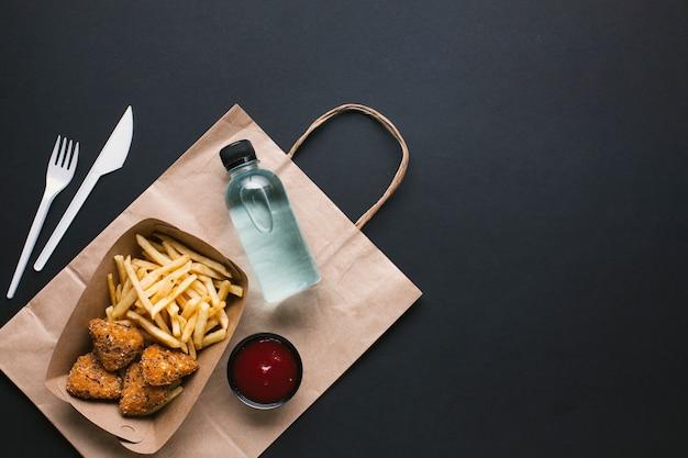 Widok z góry na niezdrową żywność i wodę