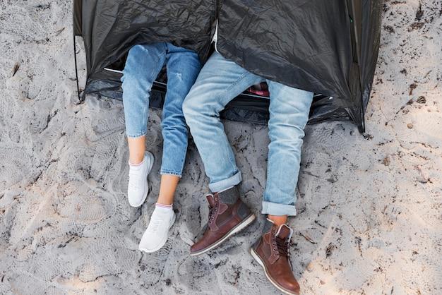 Widok z góry na nogi na zewnątrz namiotu
