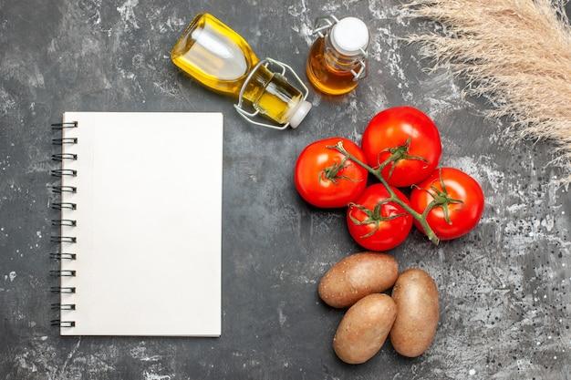 Widok z góry na notatnik i przyprawy z dojrzałymi pomidorami