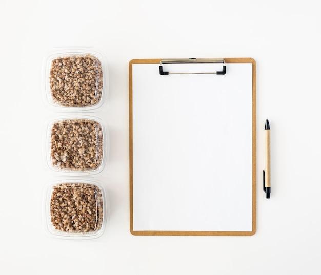 Widok z góry na notatnik i racje żywnościowe do darowizny