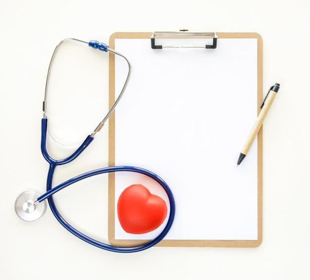 Widok z góry na notatnik w kształcie serca i stetoskop