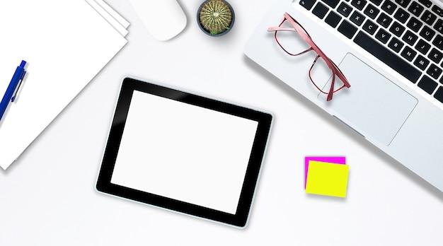Widok z góry na notebook komputera typu tablet w stylu biurowym smartfona.