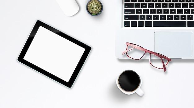 Widok z góry na notebooka komputera typu tablet w stylu biurowym smartphone.