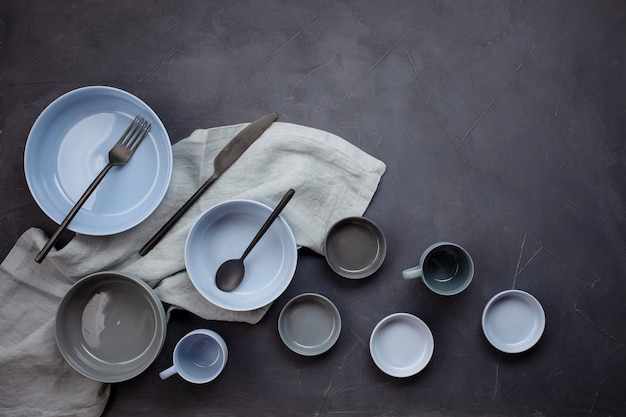 Widok z góry na nowoczesne modne talerze w kolorach bleu i szarym. minimalistyczne mieszkanie z zastawą stołową