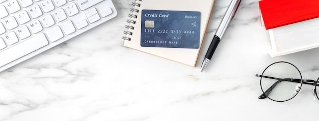 Widok z góry na obliczanie i płacenie podatku od domu za pomocą kalkulatora i karty kredytowej z internetu.