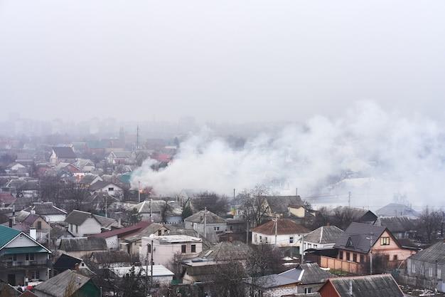 Widok z góry na obszar, w którym płonie budynek mieszkalny. pożar w sektorze budownictwa prywatnego.