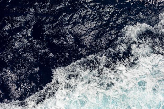 Widok z góry na ocean z dużymi falami ze statku. morze w tle.