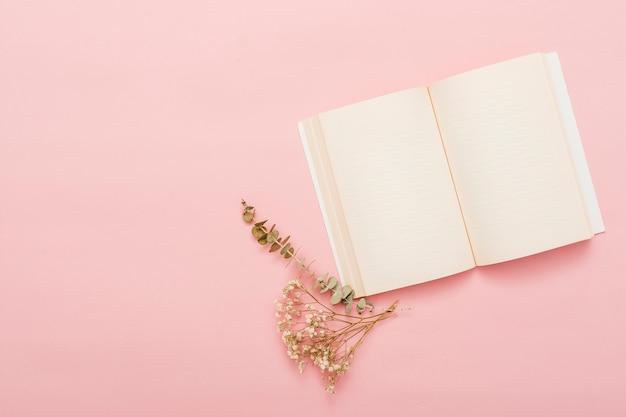 Widok z góry na otwartą książkę