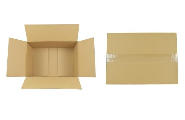 Widok z góry na otwarte papierowe pudełka i zapieczętowany papierowy karton na białym tle