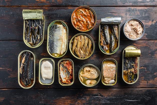 Widok z góry na otwarte puszki z saury, makrelą, szprotami, sardynkami, sardynkami, kalmarem, tuńczykiem