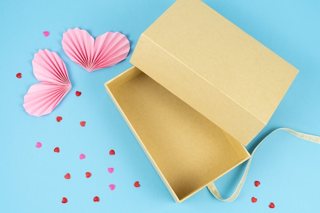 Widok z góry na otwarty karton. walentynki, rocznica, dzień matki i dekoracja urodzinowa.