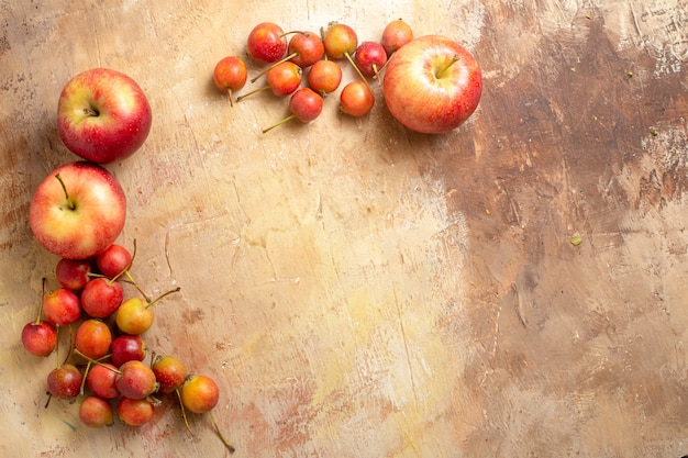 Widok z góry na owoce, apetyczne jabłka i jagody ułożone są w kółko
