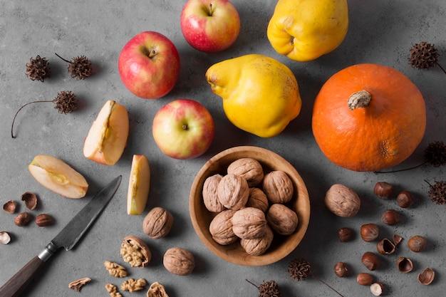 Widok z góry na owoce i orzechy