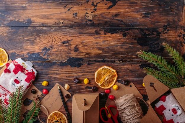 Widok z góry na pakowanie prezentów na boże narodzenie miejsce na pola tekstowe świąteczne dekoracje skarpety rzemiosło płaskie układanie prezentów