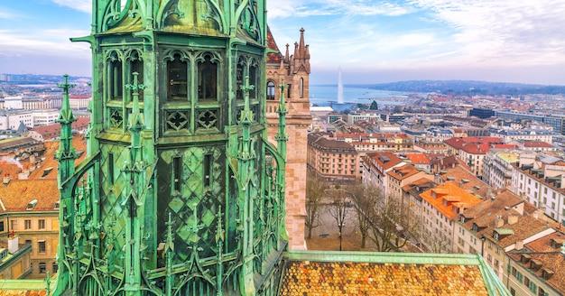 Widok z góry na panoramę genewy z katedry saint-pierre w szwajcarii