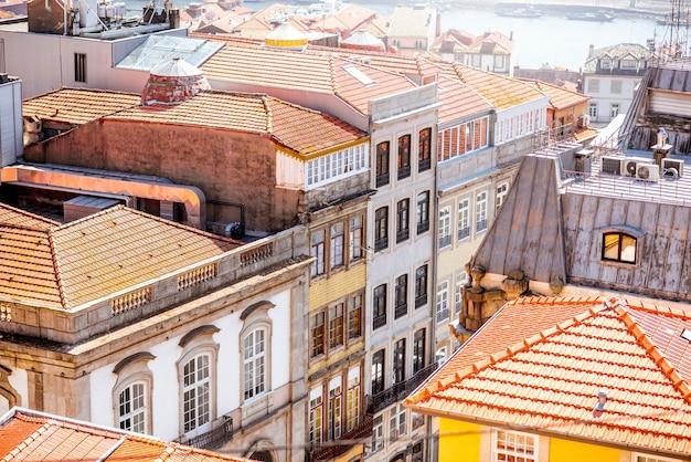 Widok z góry na panoramę starego miasta porto w słoneczny dzień w portugalii