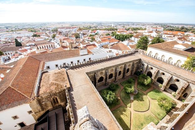 Widok z góry na panoramę starego miasta z dziedzińcem głównej katedry w mieście evora w portugalii