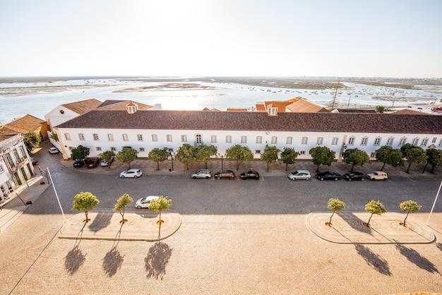 Widok z góry na panoramę starego miasta z pięknymi dachami w faro na południu portugalii