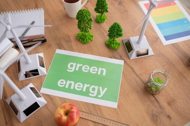 Widok z góry na papier z komunikatem o zielonej energii