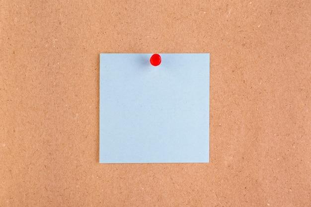 Widok z góry na papier ze szpilkami