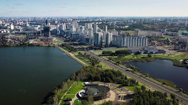 Widok z góry na park i miasto przy alei pobediteley w pobliżu zbiornika drozdy. mińsk, białoruś.
