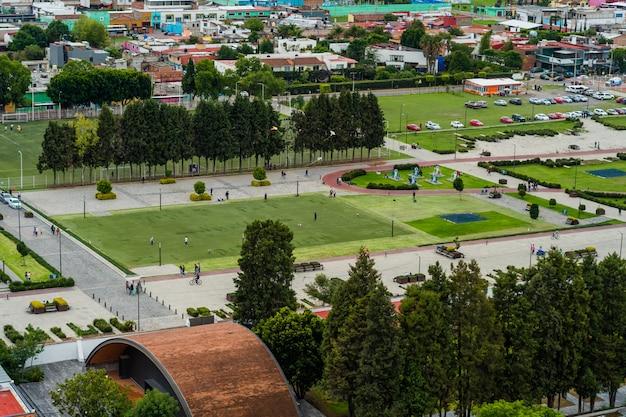 Widok z góry na park i parking, cholula, meksyk.