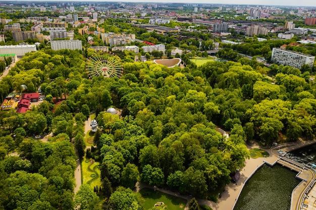 Widok z góry na park w mińsku z diabelskim młynem. mińsk z lotu ptaka. białoruś.