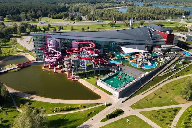 Widok z góry na park wodny w żdanowiczach i obwodnicę w mińsku. białoruś.