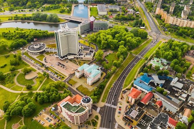Widok z góry na park zwycięstwa w mińsku i rzekę świsłocz oraz hotel