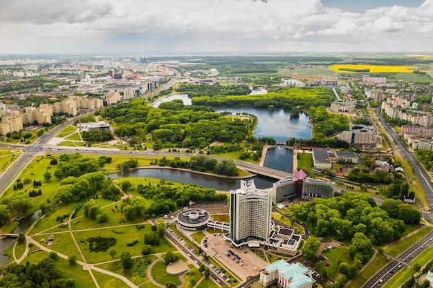Widok z góry na park zwycięstwa w mińsku i rzekę świsłocz