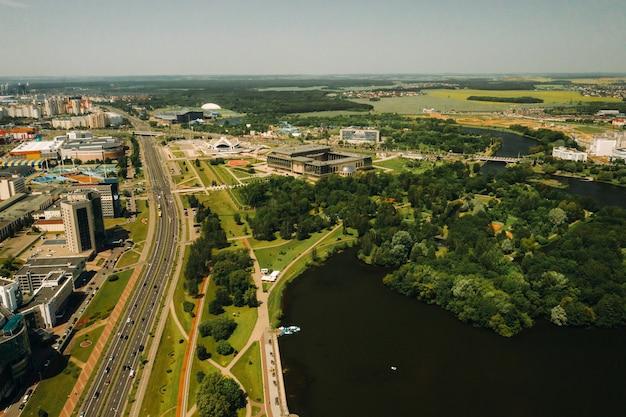 Widok z góry na park zwycięstwa w mińsku i rzekę świsłocz.