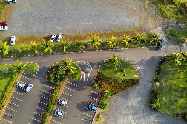 Widok z góry na parking w pobliżu parku casela na wyspie mauritius.