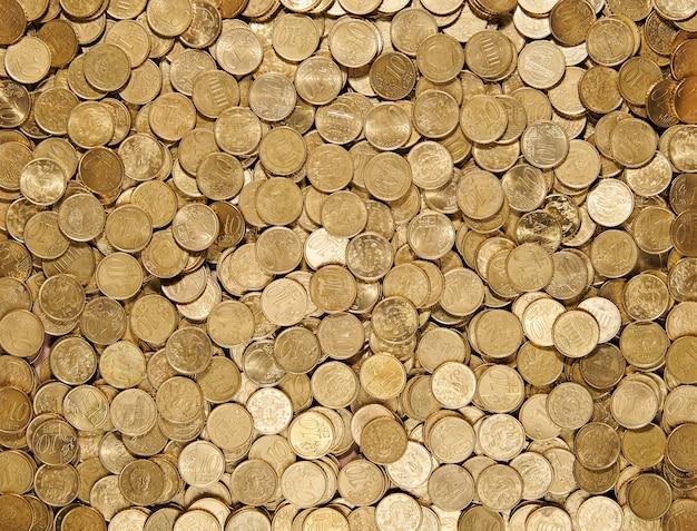 Widok z góry na pełną klatkę teksturowaną tło rozrzuconego stosu monet 10 centów euro na projekty tematyczne dotyczące finansów i monetarnych