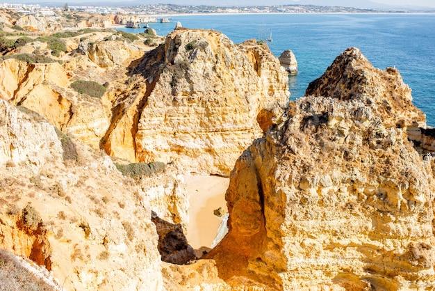 Widok z góry na piękną piaszczystą plażę na ponta da piedade w pobliżu miasta lagos w portugalii