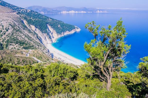 Widok z góry na piękną zatokę i plażę myrtos na wyspie kefalinia, grecja