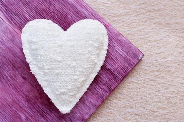Widok z góry na piękne białe serce. serce z białej tkaniny domowej roboty. widok z góry. koncepcja miłości na walentynki.